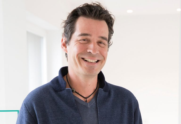 Guillaume Leymonerie had just enough savings to replace the windows of his family farm. Instead, he embarks on a strange adventure with a simple idea: microfibers that allow you to clean with just water. In 1998, he founded the fabulous H2O at Home and opened the company in his farmhouse.